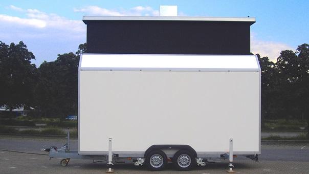 Die LED-Fläche ist in einem Trailer untergebracht und wird aus dem Dach des Anhängers ausgefahren