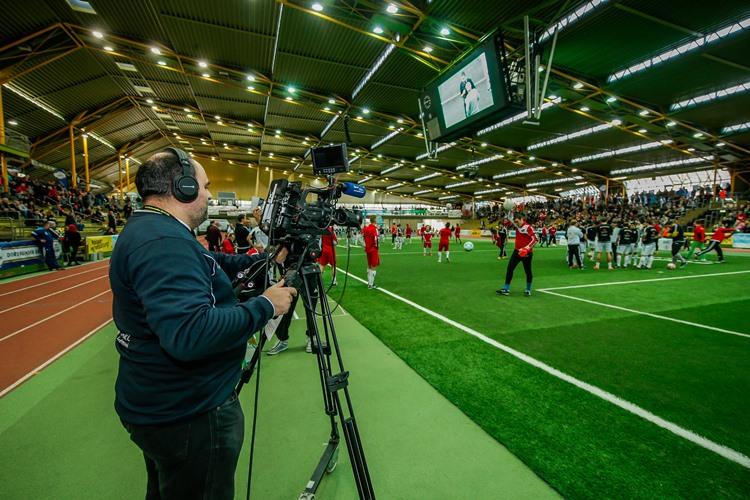 Ein Kameramann kann Livebilder direkt auf die LED-Fläche übertragen